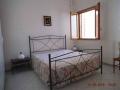 camera letto matrimoniale bianca 01